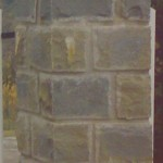 colonna con capitello in pietra locale